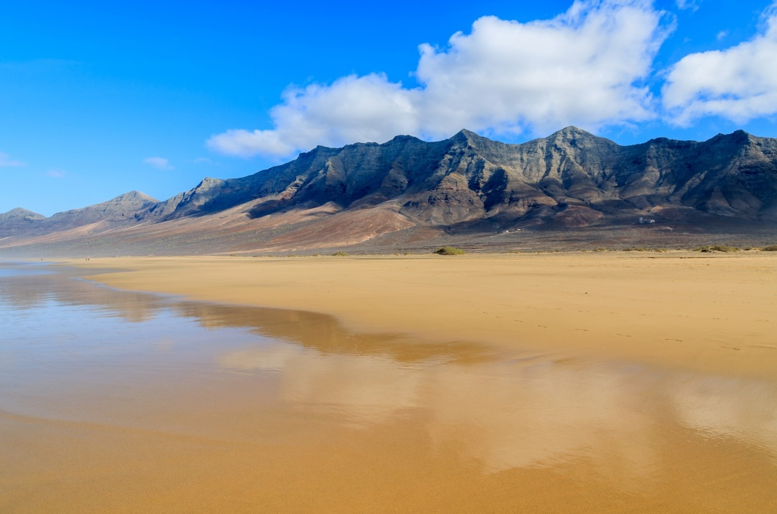 'Reflection of mountains in wet sand on Cofete beach in secluded part of Fuerteventura, Canary Islands, Spain' - Îles Canaries
